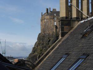 Edinburgh Castle zwischen Häuserdächern