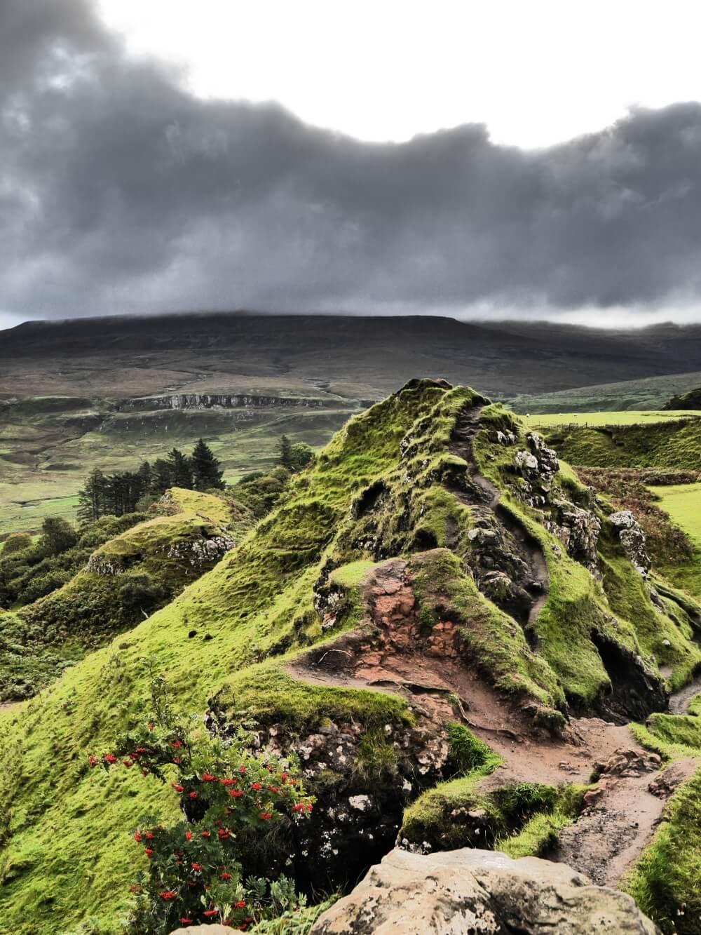 Weg zum Castle Ewen mit dem Fairy Glen im Hintergrund