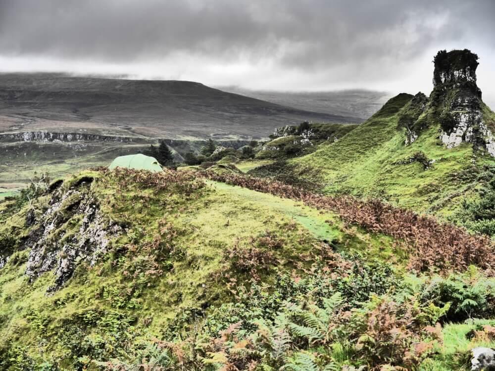 Grünes Zelt vor dem Castle Ewen im Fairy Glen